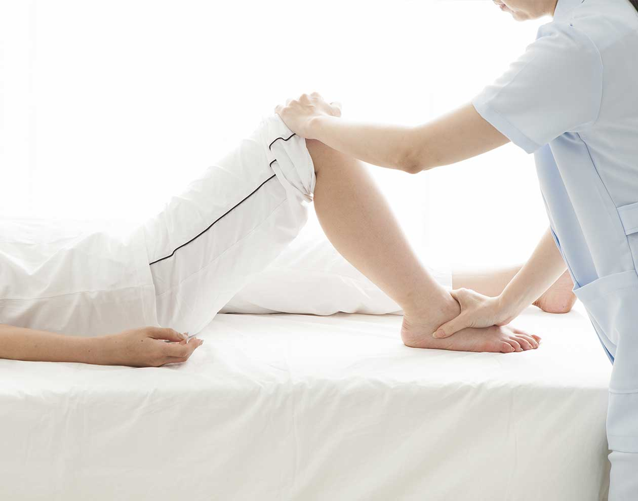 足の診察をする整形外科医