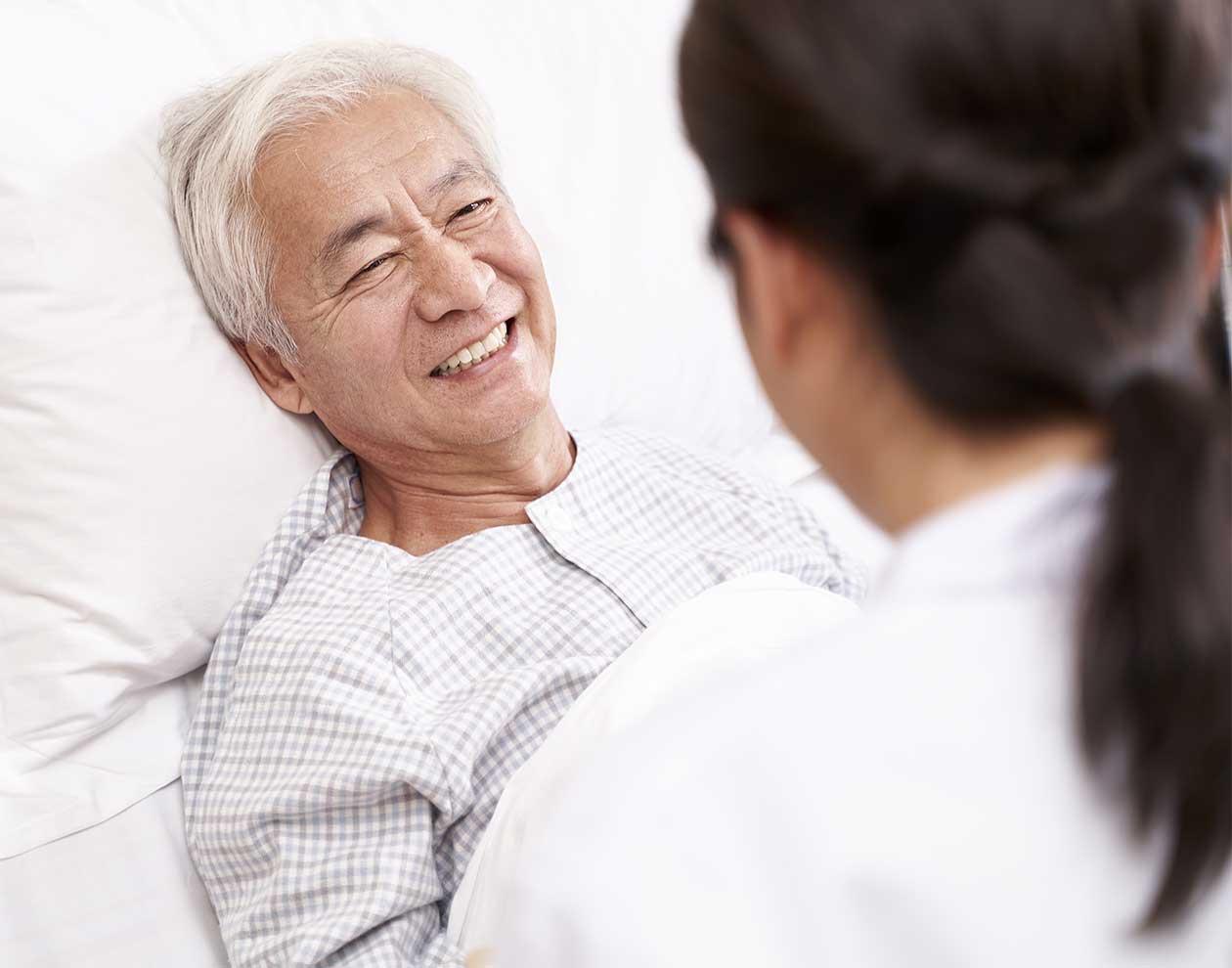 ベッドサイドで患者と話をする医師