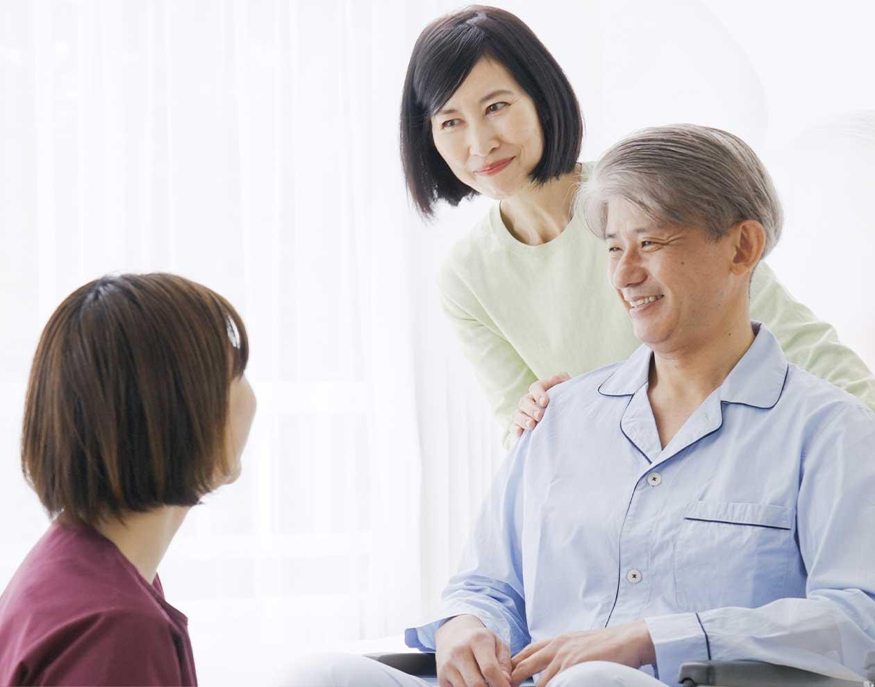 患者の家に訪問する看護師